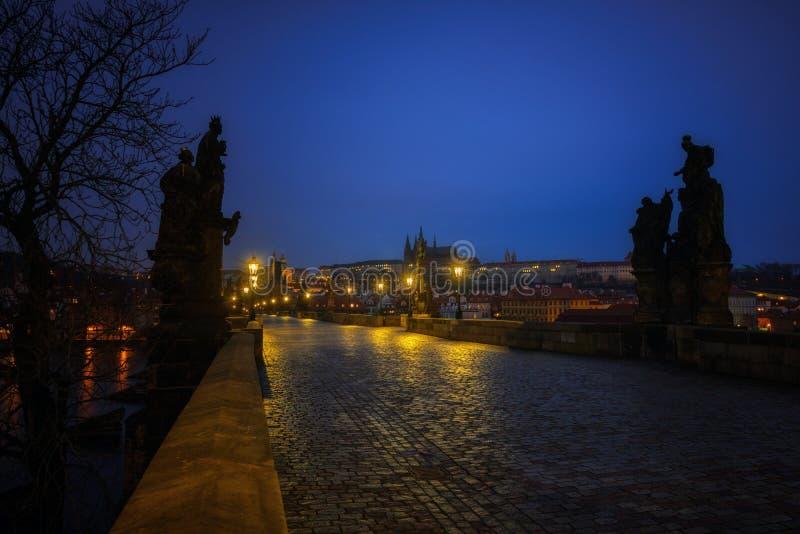 Charles Bridge em Praga no alvorecer República Checa fotos de stock