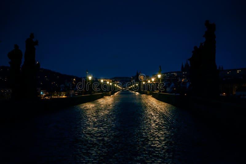 Charles Bridge em Praga no alvorecer República Checa imagem de stock royalty free