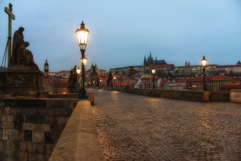 Charles Bridge em Praga no alvorecer República Checa imagens de stock
