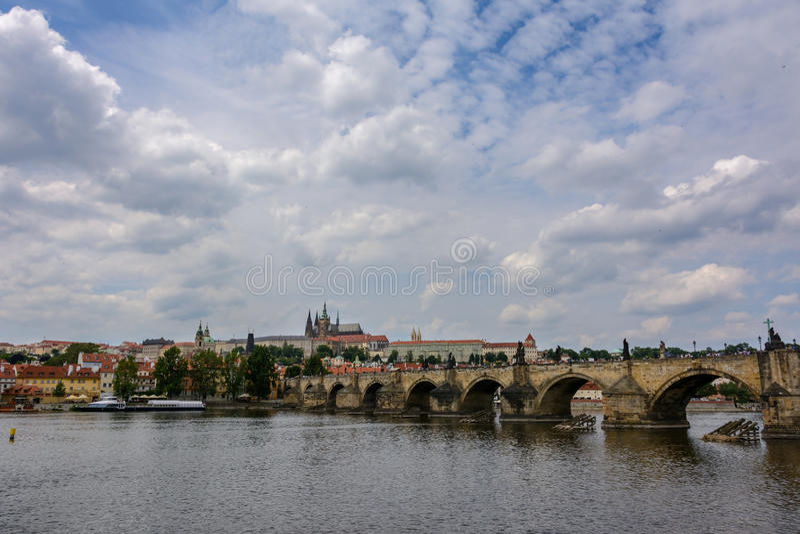 Charles Bridge en el río de Moldava en Praga, República Checa fotografía de archivo libre de regalías