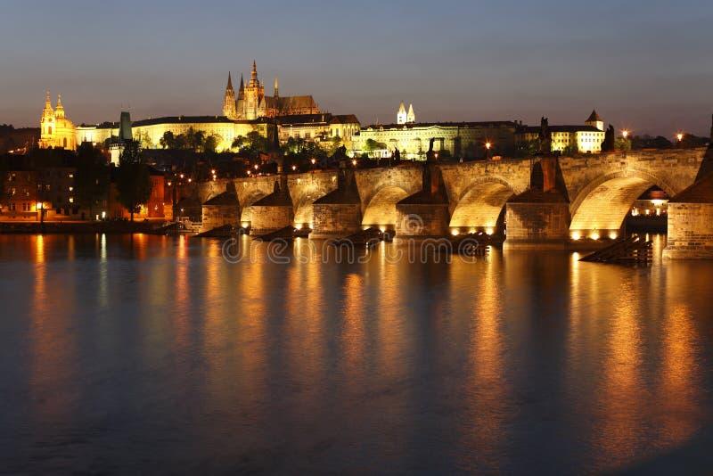 Charles Bridge en het Kasteel van Praag stock foto
