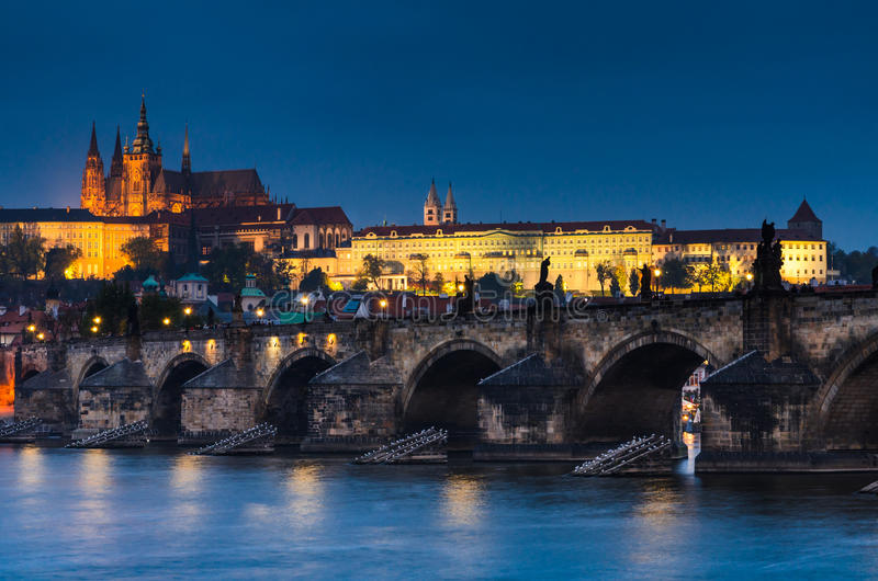 Charles Bridge en het Kasteel van Praag in nigthmening stock afbeeldingen