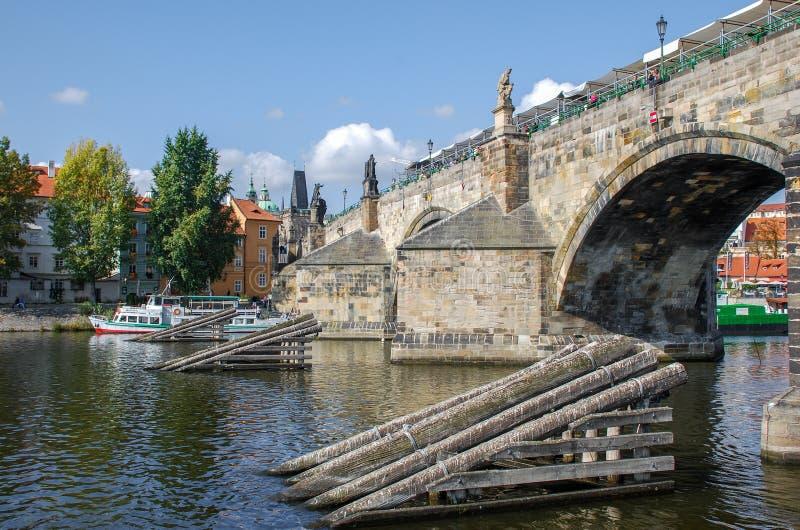Charles Bridge en houten icebreakers op Vltava-Rivier praag Tsjechische Republiek royalty-vrije stock foto