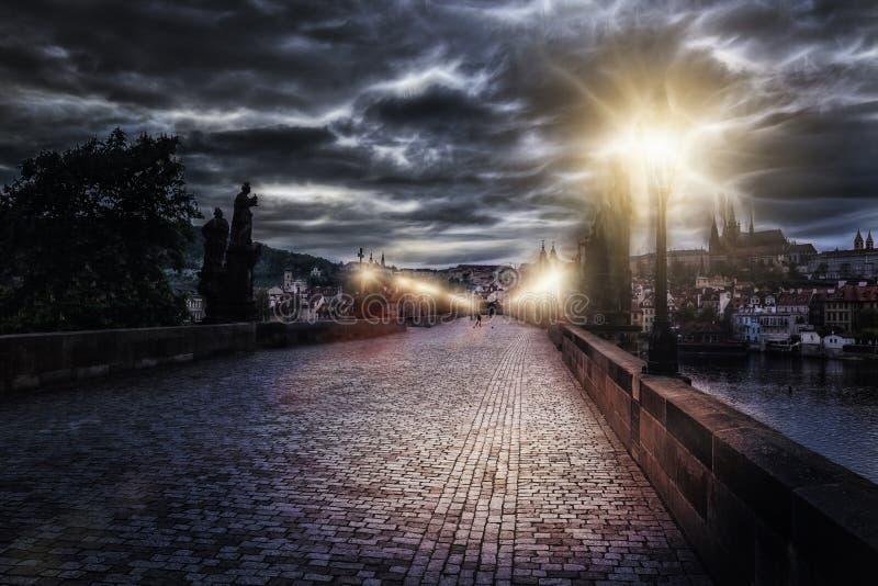 Charles Bridge en Praga en la noche en el tratamiento artístico fotografía de archivo