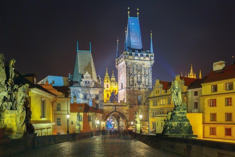 Charles Bridge en Praga (República Checa) en la iluminación de la noche imagenes de archivo