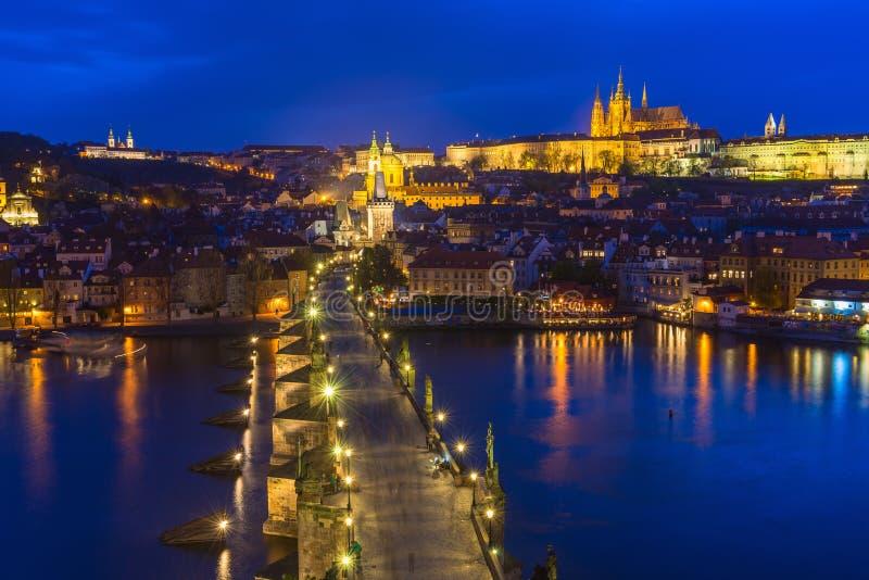 Charles Bridge, för Prague slott och Vltava flod i Prague Kontrollera republiken arkivbild