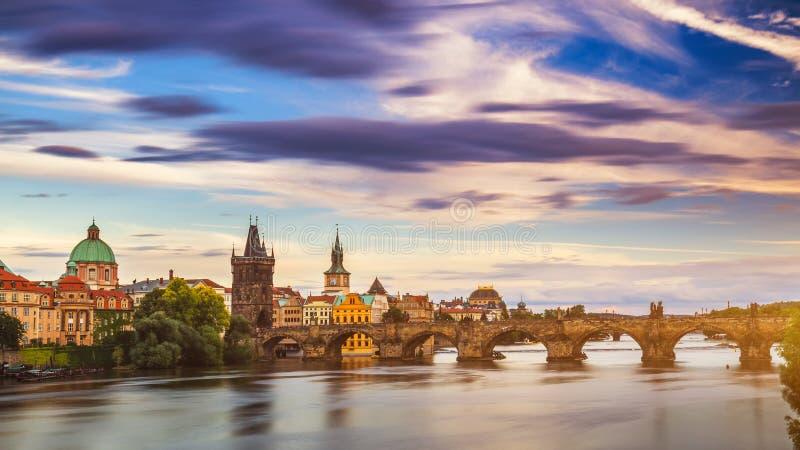 Charles Bridge i den gamla staden av Prague, Tjeckien royaltyfria bilder