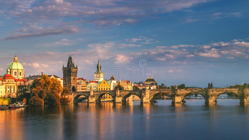 Charles Bridge i den gamla staden av Prague, Tjeckien royaltyfri foto