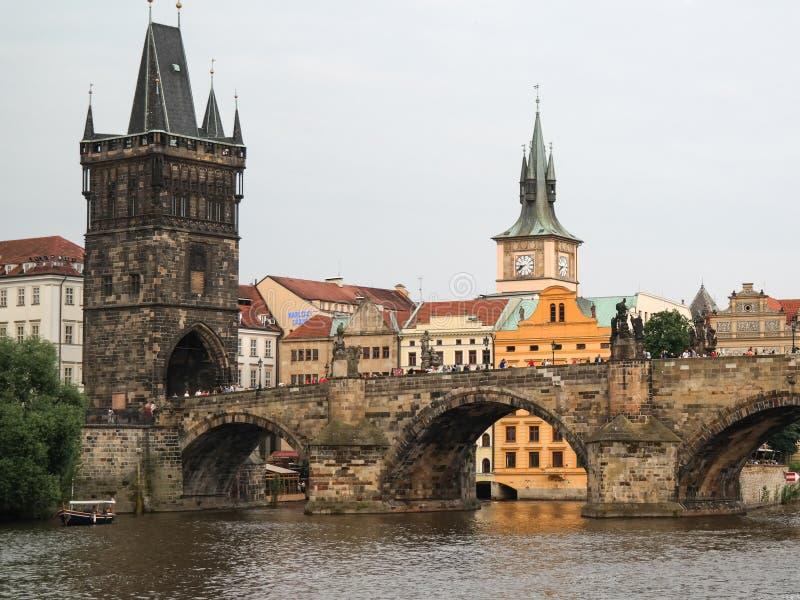 Charles Bridge i Praga City, Tjeckien royaltyfri foto