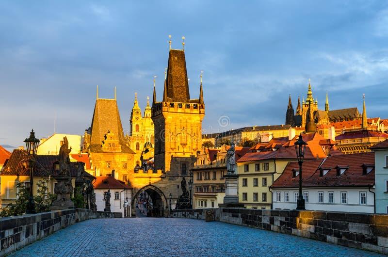 Charles Bridge im Morgenlicht, Prag stockfoto