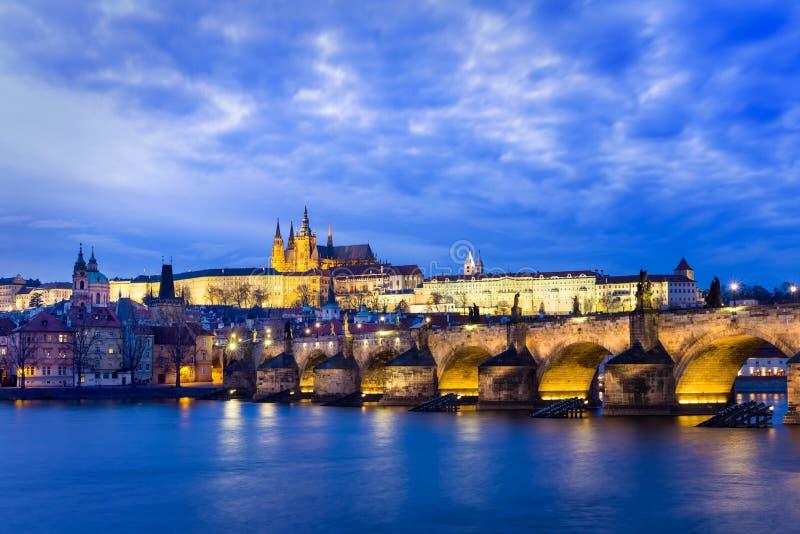 Charles Bridge, Karluv más en la noche, Praga fotos de archivo libres de regalías