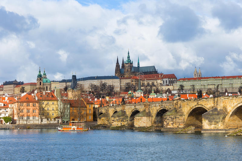 Charles Bridge /Karluv más, Praga imágenes de archivo libres de regalías