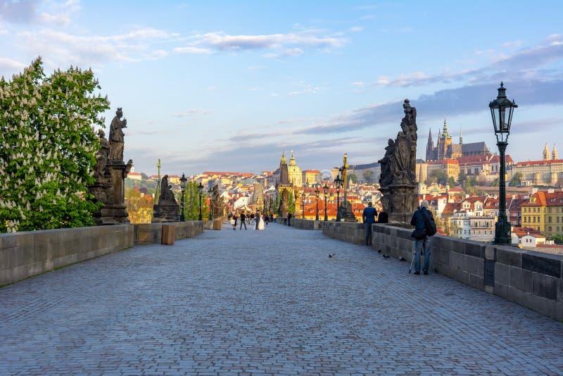 Charles Bridge Karluv Most con Praga Castle en segundo plano al amanecer, Praga, República Checa fotos de archivo