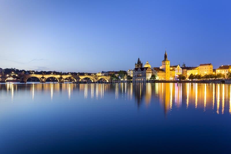 Charles Bridge Karluv Most en la noche en Praga, Rep?blica Checa imagen de archivo libre de regalías