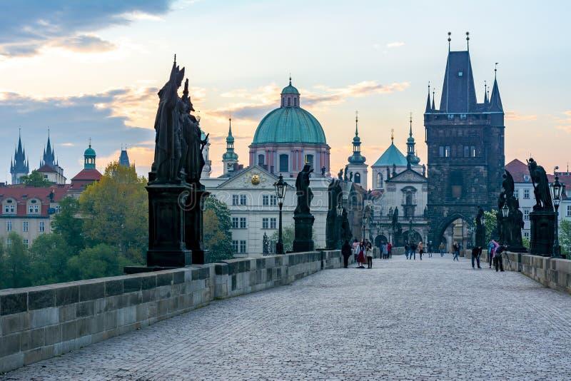 Charles Bridge Karluv Most en la salida del sol, Praga, Rep?blica Checa fotografía de archivo libre de regalías