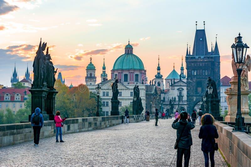 Charles Bridge Karluv Most y la arquitectura de Praga al amanecer, República Checa fotos de archivo libres de regalías