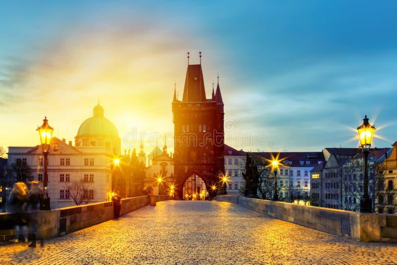 Charles Bridge Karluv Most y Old Town Tower con asombroso amanecer con cielo y nubes en Praga, República Checa imágenes de archivo libres de regalías