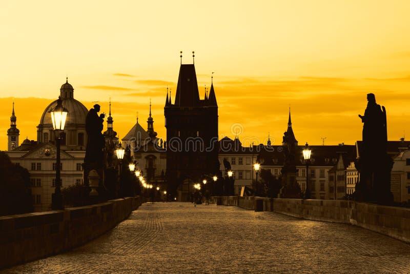 Charles Bridge Karluv Most y Old Town Tower con asombroso amanecer en Praga, República Checa foto de archivo libre de regalías