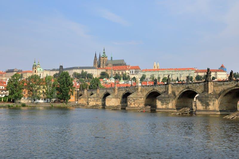 Charles Bridge Karluv più, banca di Strana del ¡ di Malà del fiume della Moldava e st Vitus Cathedral, Praga repu del ¡ di Ceskà  fotografie stock