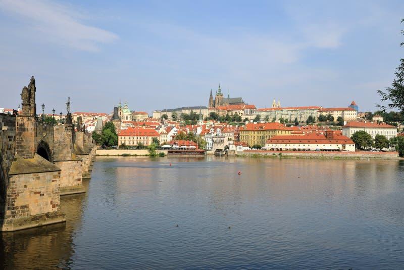 Charles Bridge Karluv più e banca di Strana del ¡ di Malà del fiume della Moldava con la st Vitus Cathedral sulla sua cima, Praga fotografia stock