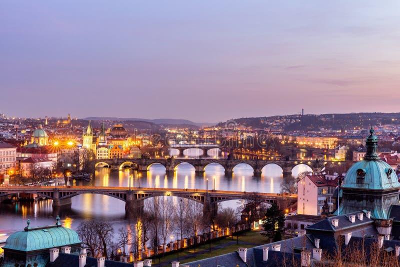 Charles Bridge (Karluv più) e torre di Città Vecchia, la maggior parte del beauti fotografia stock libera da diritti
