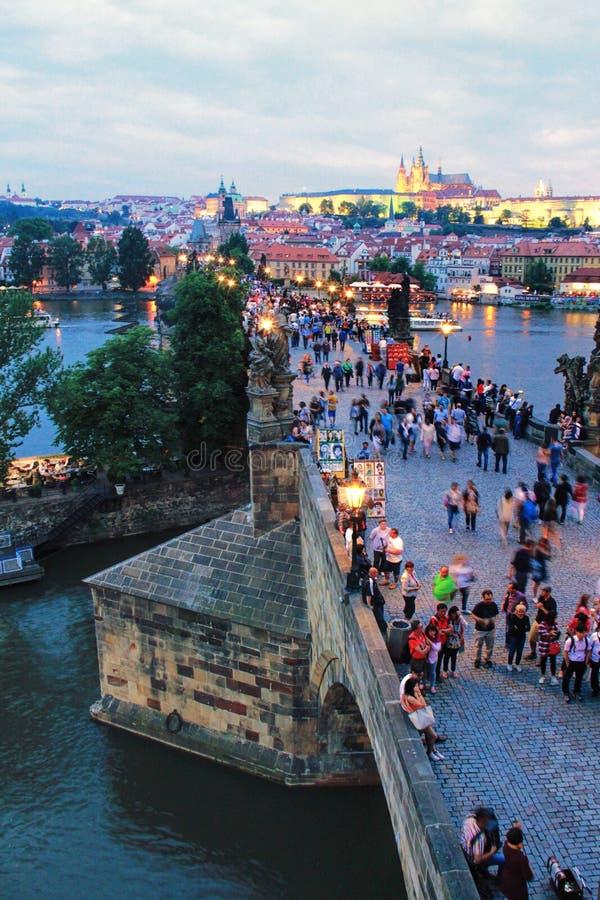 Charles Bridge la soirée à Prague, République Tchèque photo stock