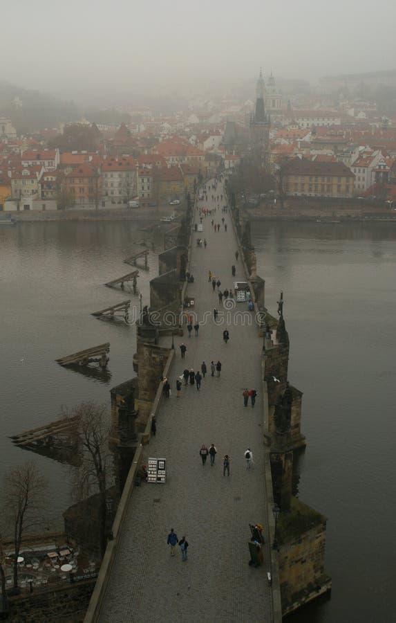 Charles bridge mgła. fotografia stock