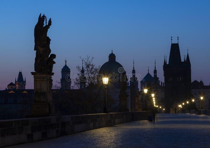 Charles Bridge no nascer do sol, Praga, Rep?blica Checa fotos de stock