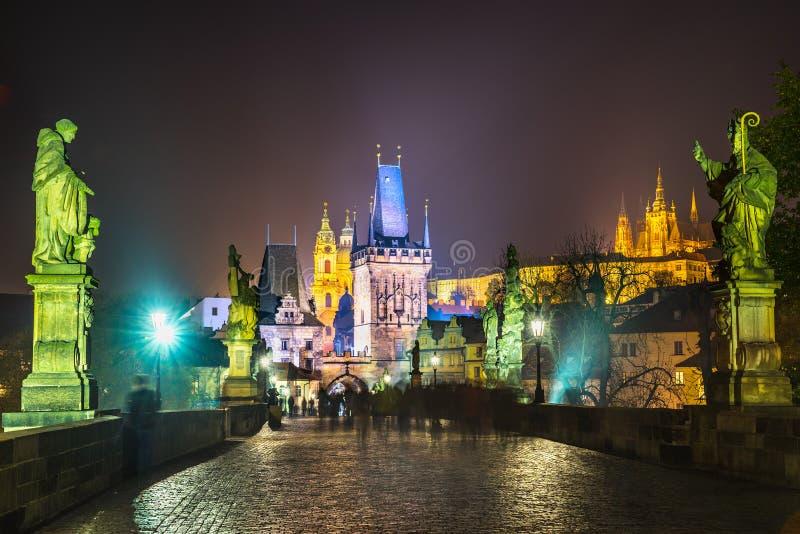 Charles Bridge och Mala Strana, Prague, Tjeckien royaltyfri foto