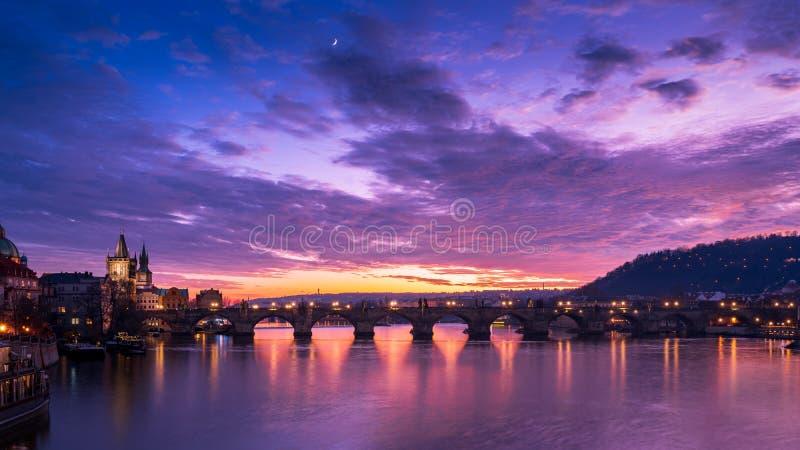 Charles Bridge op dramatische zonsondergang Praag Tsjechië stock afbeeldingen