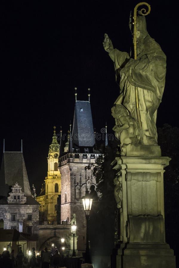 Charles Bridge por noche en Praga imagen de archivo