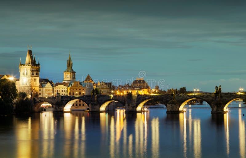 Charles Bridge in Prag lizenzfreie stockfotos