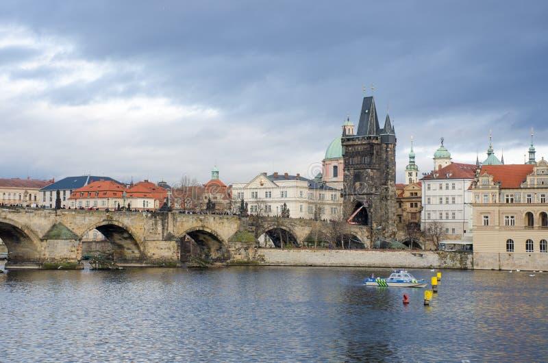 Charles Bridge Prague avec le bateau de police sur la patrouille images stock