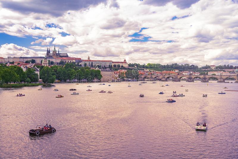 Charles Bridge Prague slott och St Vitus Cathedral royaltyfria foton