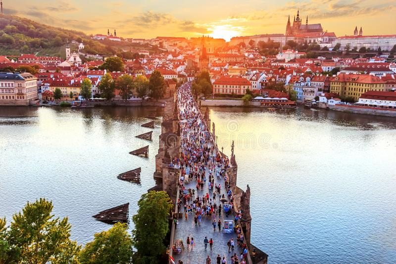 Charles Bridge at sunset, view from Old Town Bridge Tower in Pra. Gue stock photos