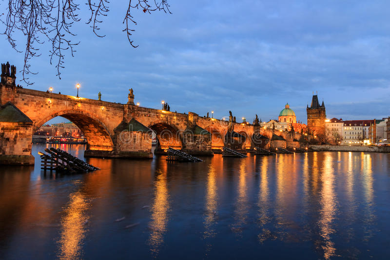 Charles Bridge (tjeck: Karluv) är mest en berömd historisk bro i Prague, Tjeckien arkivfoton