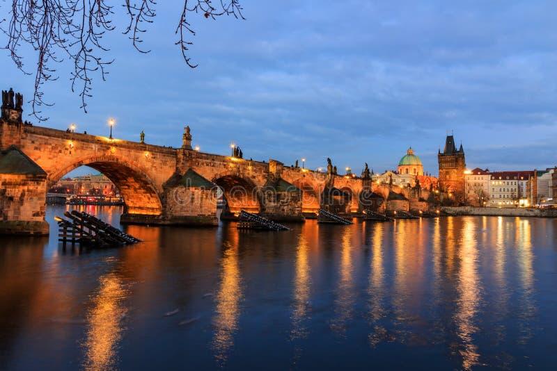 Charles Bridge (Tsjech: Karluv het meest) is een beroemde historische brug in Praag, Tsjechische Republiek stock foto's