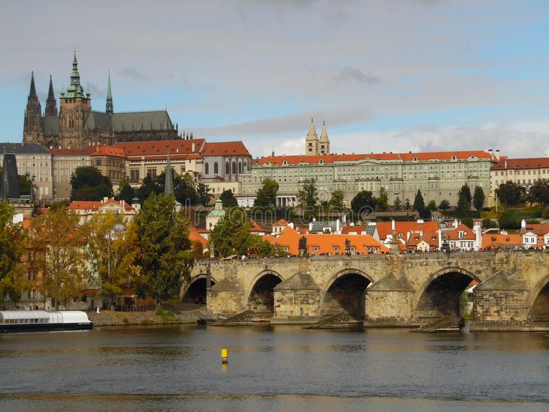 Charles Bridge Un puente histórico famoso cruza el río de Holtava en Pragu imagen de archivo