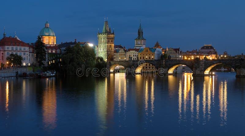 Charles bro i Prague på aftonen fotografering för bildbyråer