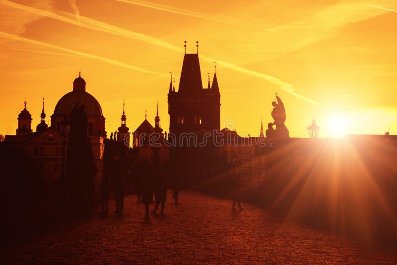 Charles bro på soluppgång, sikt av den gamla staden, Prague, Tjeckien royaltyfria bilder