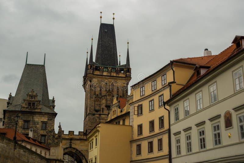 Charles bro, Prague, Tjeckien: Mindre stadbrotorn Karluv mest härlig sikt av den Charles bron arkivbild