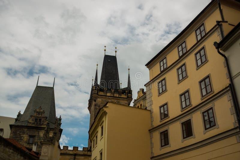 Charles bro, Prague, Tjeckien: Mindre stadbrotorn Karluv mest härlig sikt av den Charles bron fotografering för bildbyråer