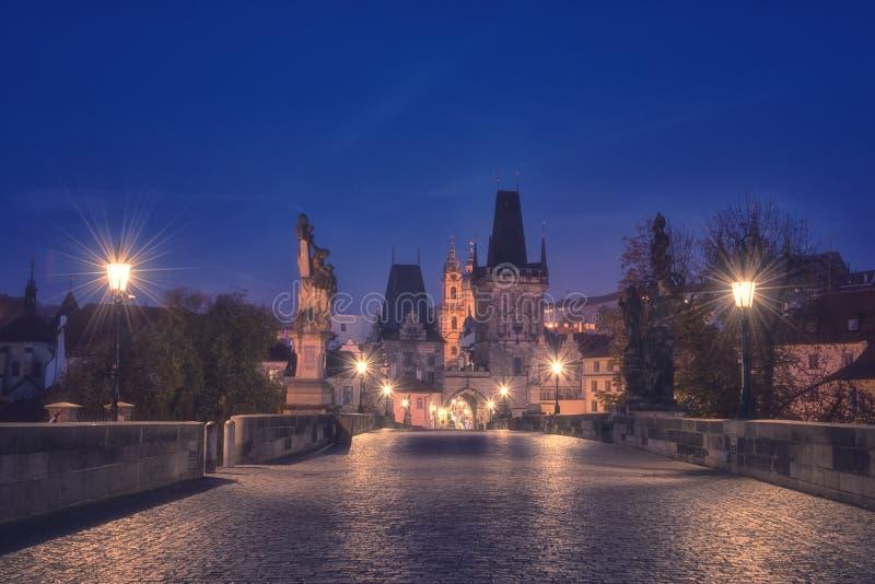 Charles-brug bij nacht, mening van minste, Praag, Tsjechische Republiek stock afbeelding