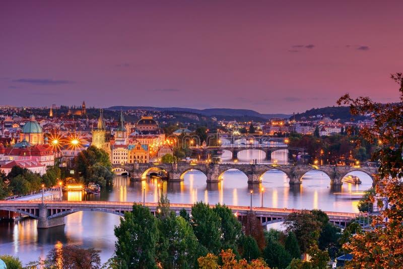 Charles-brug, Karluv het meest, Praag in de winter bij zonsopgang, Tsjechische Republiek stock fotografie