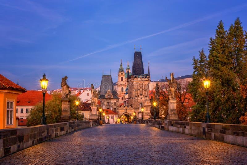 Charles-brug vóór zonsopgang, mening van minste, Praag, Tsjechische Republiek stock fotografie