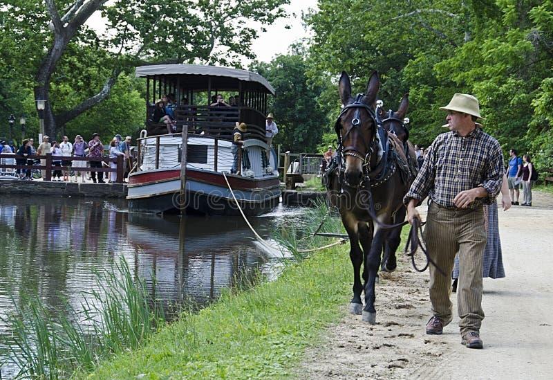 Charles E Bławatnik turystyczna barka podróżuje w górę C&O kanału zdjęcie royalty free