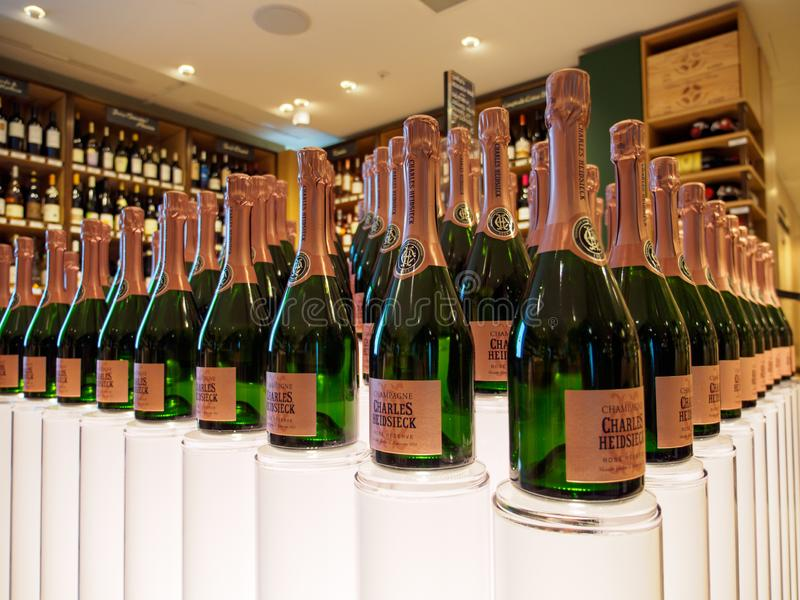 Charles Heidsieck Rose Reserve Champagne a arrangé en pyramide, Paris, France photo stock