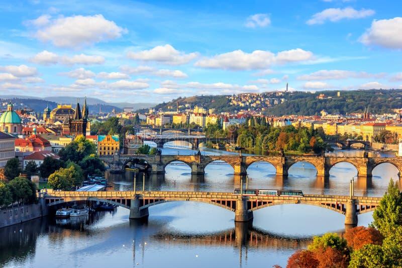 Charles most i inni Praga mosty nad Vltava rzeką, b fotografia royalty free