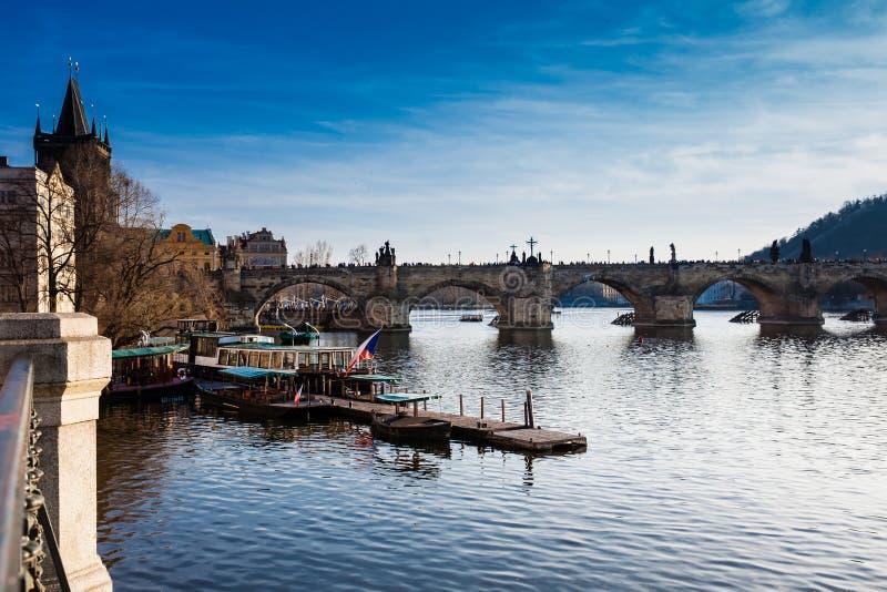 Charles most nad Vltava rzeką w Praga mieście zdjęcie royalty free