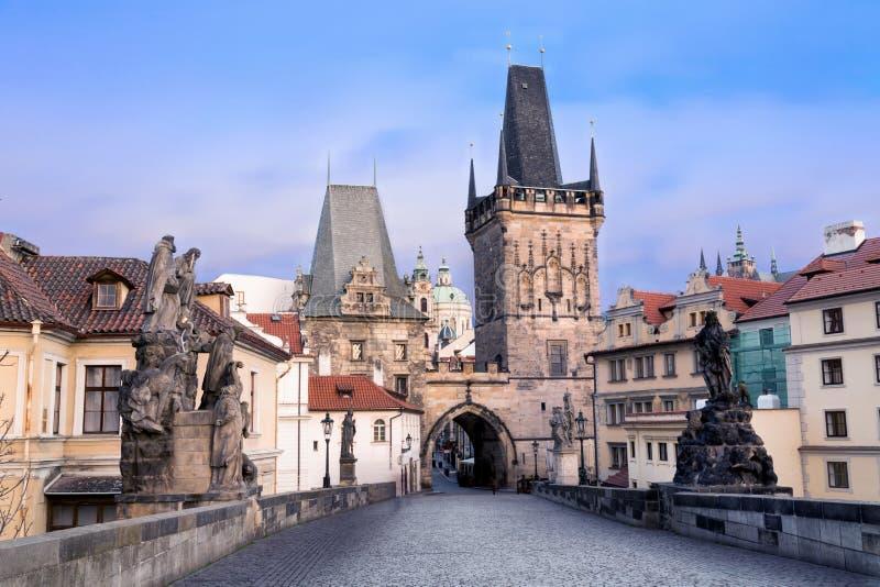 Charles most w Praga w mrocznym wieczór Widok Malostranska wierza i Judithin wierza zdjęcia stock